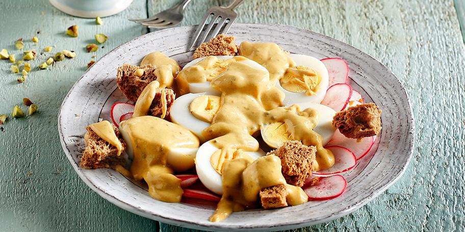 Αβγά βραστά με εύκολη σάλτσα μουστάρδας