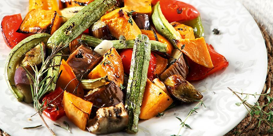 Κολοκυθάκια, μελιτζάνες, γλυκοπατάτες και πιπεριές στον φούρνο, με κλαράκια από θυμάρι και δεντρολίβανο