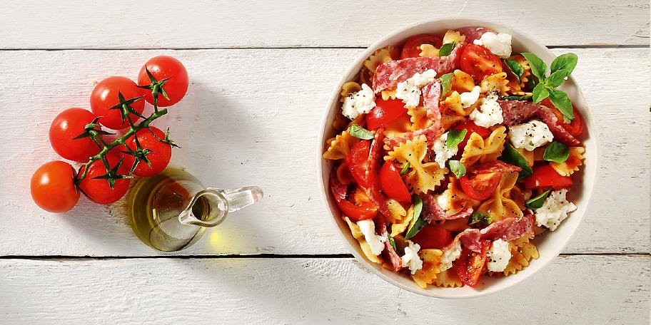 Σαλάτα με φιογκάκια και γεύση πίτσας
