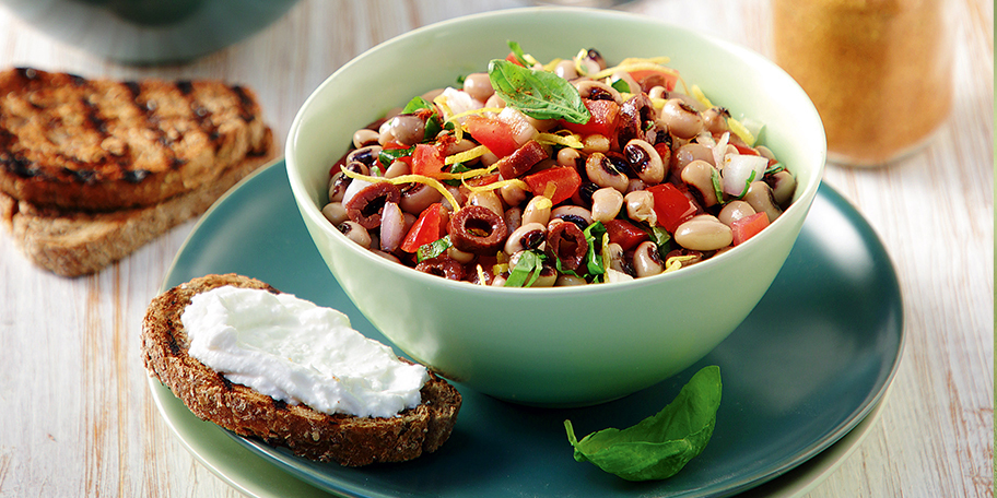 Μαυρομάτικα φασόλια σαλάτα με ελιές, ντοματίνια και αρωματικά