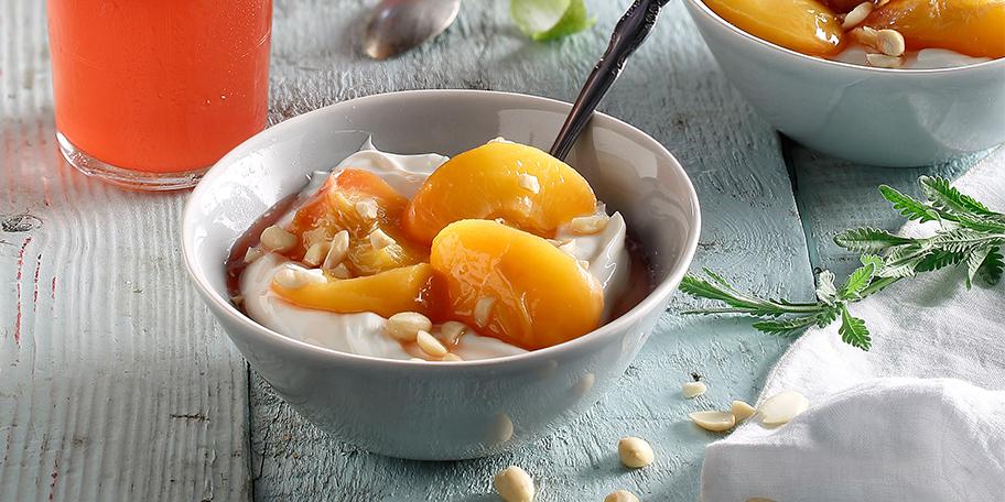 Γιαούρτι με ελαφριά κομπόστα ροδάκινο με μέλι και αμύγδαλα