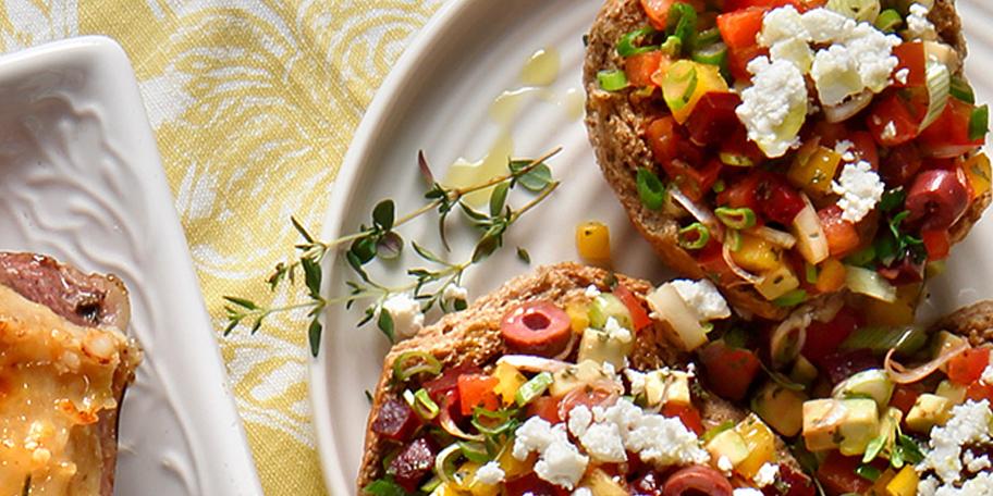 Πολύχρωμος ντάκος με ντομάτα, παντζάρια, αβοκάντο, πιπεριές και φέτα